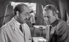 Prof. Crevett (Warren Mitchell) und Alan Brooks (Forrest Tucker)
