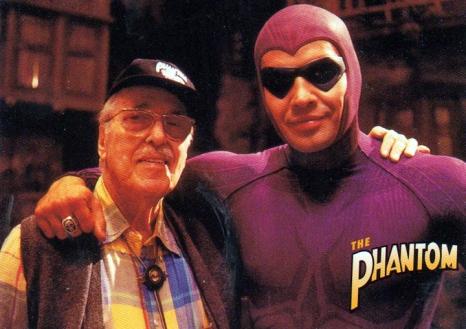 Lee Falk, der Schöpfer der Comic-Reihe, am Set mit Billy Zane ...