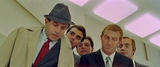 Inspektor Morosini (Enrico Maria Salerno, links)