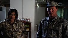 Sgt. Underwood (Melissa Brasselle) und Capt. Sturges (Brian Krause)