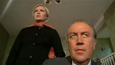 Linda Westinghouse (Ewa Strömberg) und Dr. Alwin Seward (Dennis Price)