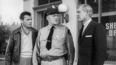 Art Kingman (Ed Kemmer, links) und Sheriff Cagle (Gene Roth, Mitte)
