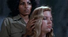 Alabama (Pam Grier) und Stoke (Roberta Collins)