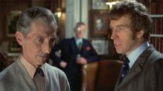 Professor Van Helsing (Peter Cushing) und der Inspektor (Michael Coles)