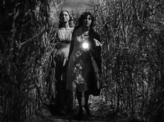 Jessica Holland (Christine Gordon) und Betsy auf dem Weg durch die Nacht