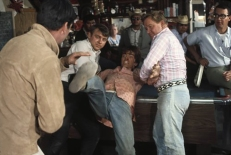 Johnnie (Robert Walker Jr., MItte) kämpft